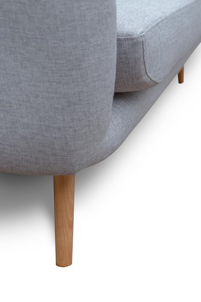 nóżka drewniana w skandynawskiej sofie do salonu Elly